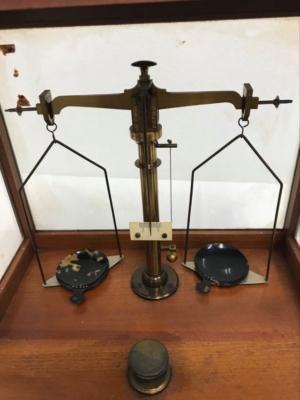 明治時代の調剤天秤  オールドクリニックの収蔵品㉙